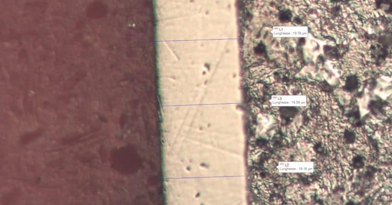 Sezione micrografica con misura dello spessore del rivestimento di nichel chimico